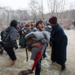 Haos: Izbeglice preko reke u Makedoniju