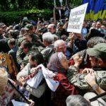 Ukrajinski nacionalisti prekinuli proslavu Dana pobede (VIDEO)